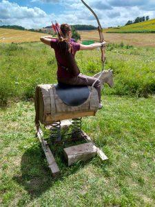 Bogenschützin auf Holzpferd