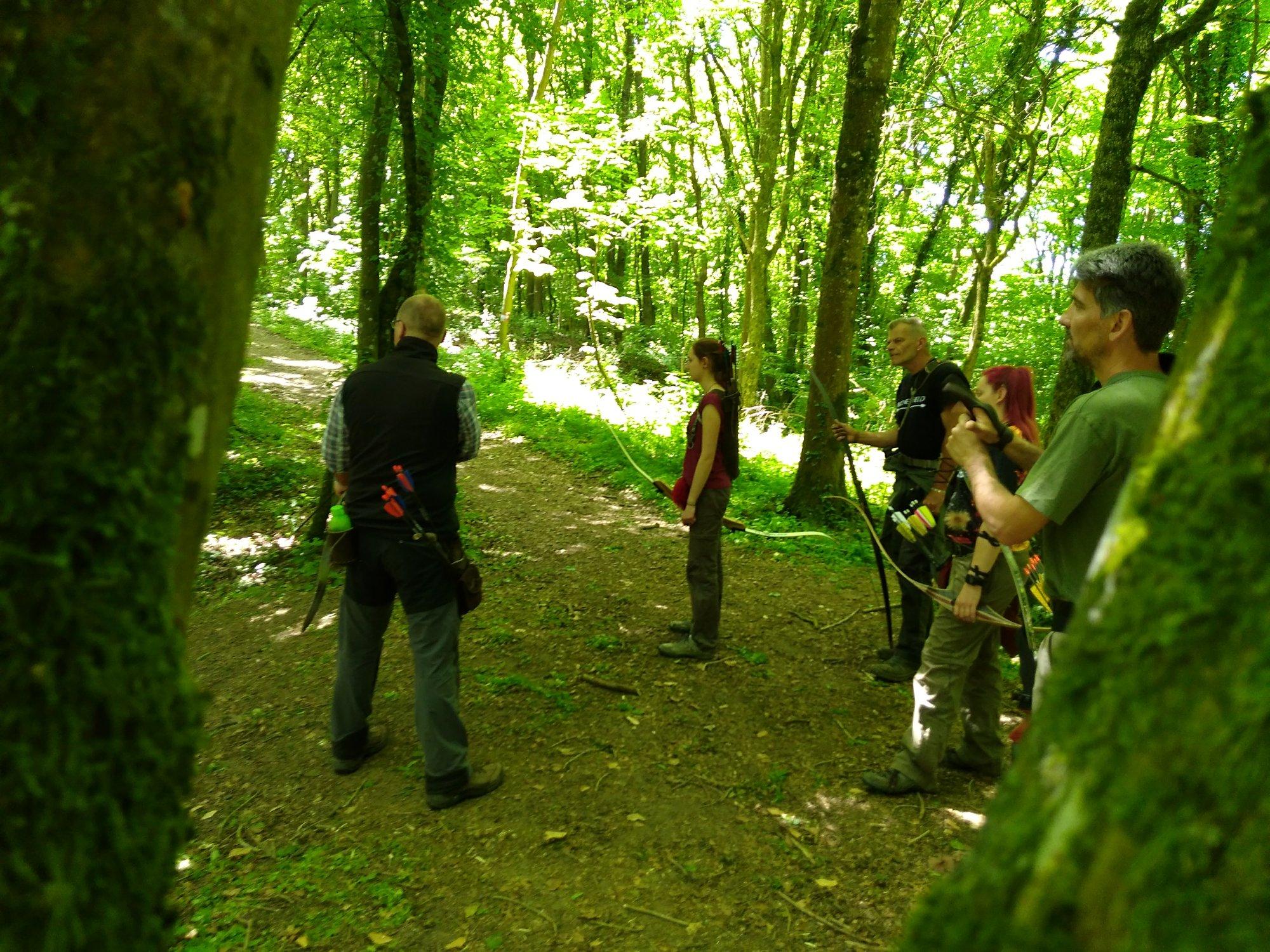 Gruppe von Bogenschützen im Wald
