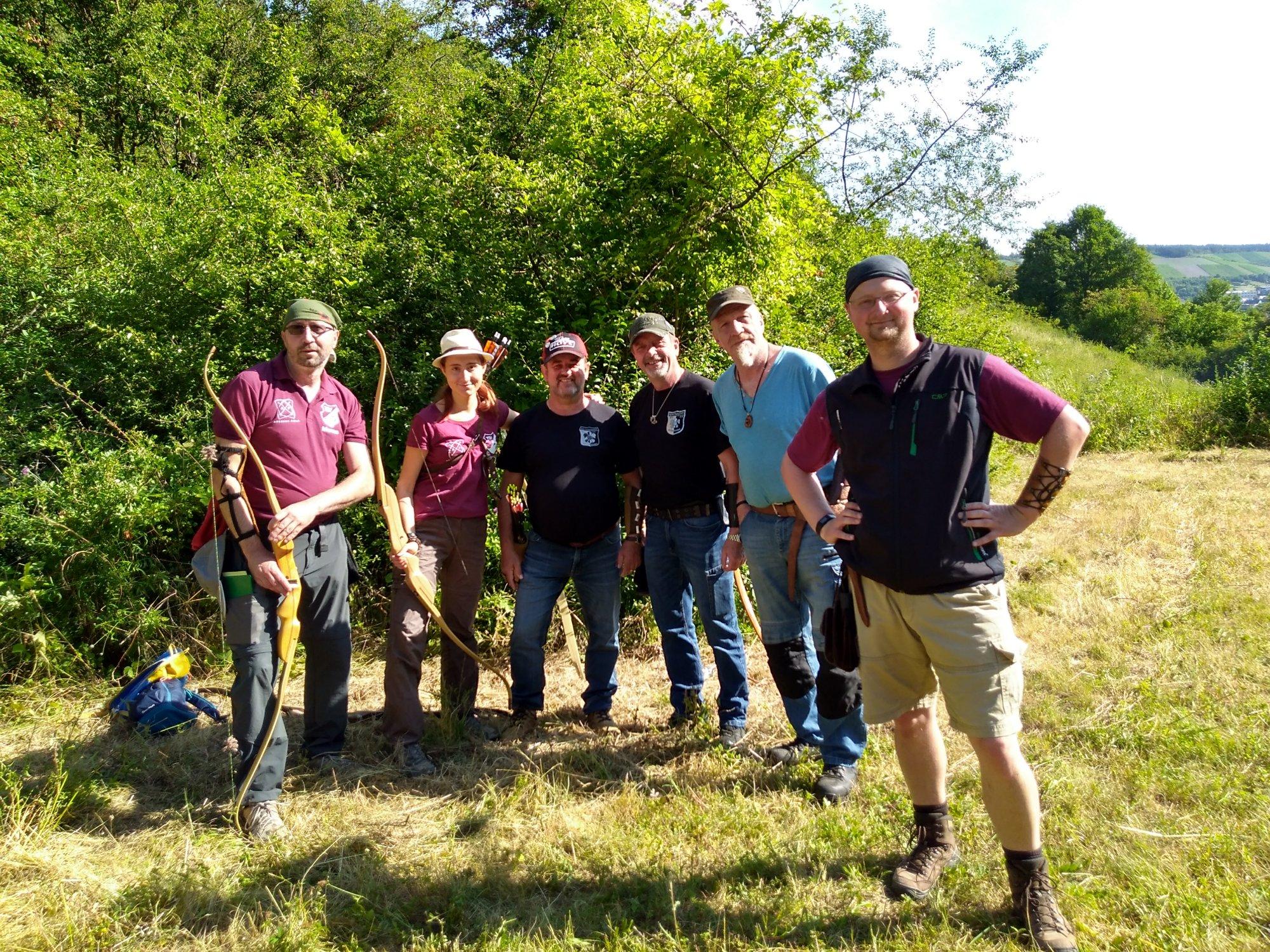 Gruppe von Bogenschützen vor dem Turnierbeginn