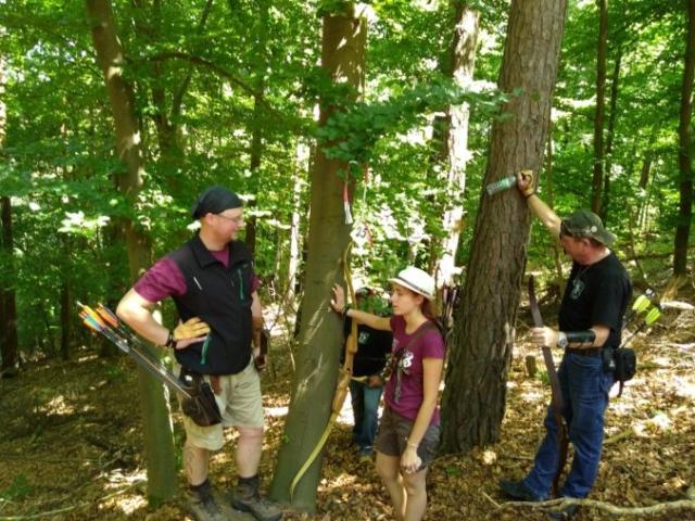 Drei Bogenschützen machen Pause im Wald