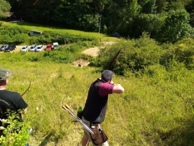 Bogenschütze zielt bergab auf WIldsau