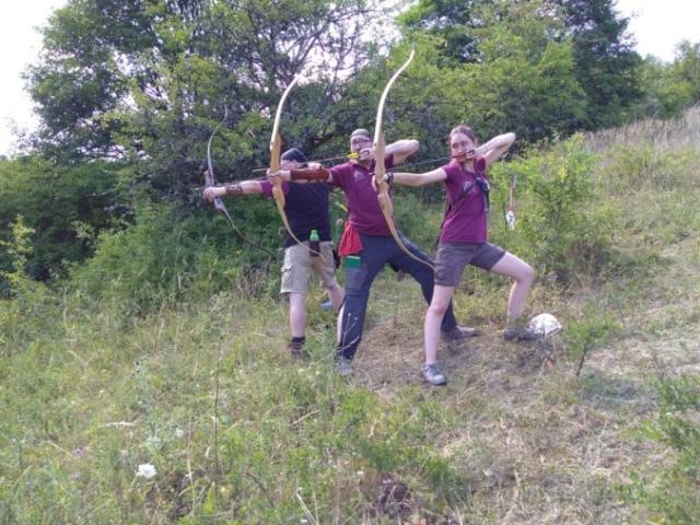 Drei Bogenschützen der WolfSkills am Hang